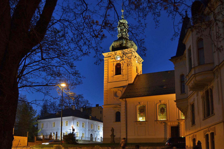 Dům národopisců Jany a Josefa V. Scheybalových a  kostel sv. Anny v Jablonci nad Nisou večer