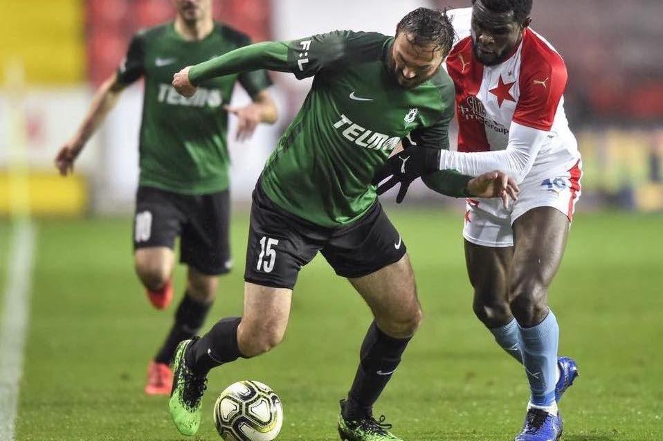 hráči FK Jablonec v zelených dresech při domácím fotbalovém utkání se Slávií