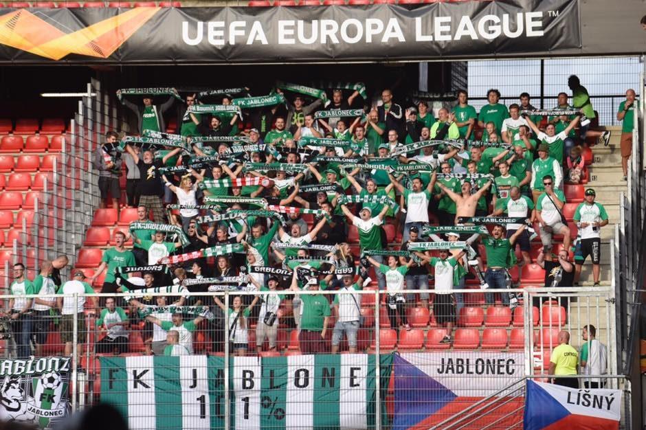 Fanoušci fotbalového klubu FK Jablonec na tribuně stadionu Střelnice se šálami v ruce při utkání Evropské ligy.