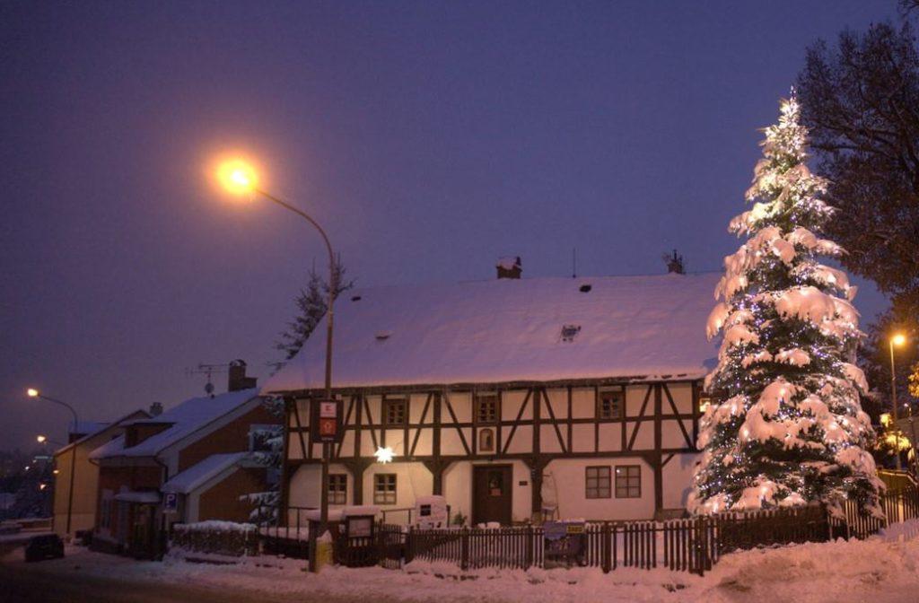 Zasněžený hrázděný dům Dům česko-německého porozumění v Rýnovicích - Jablonec nad Nisou