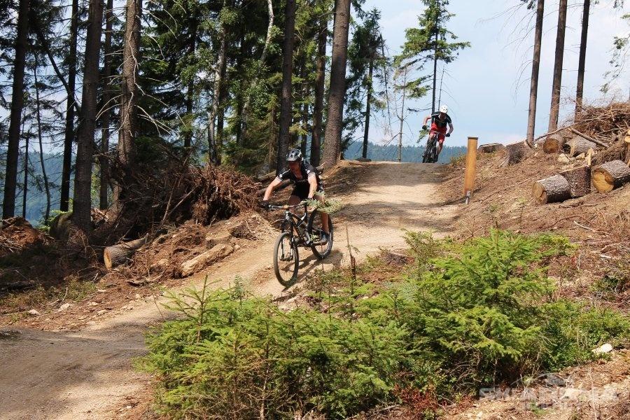 Cyklista v terénu bikeparku na Tanvaldském Špičáku - Jizerské hory
