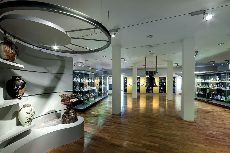 stálá expozice skla v Muzeu skla a bižuterie v Jablonci nad Nisou - pohled do interiéru se sklem a historickým zvonem