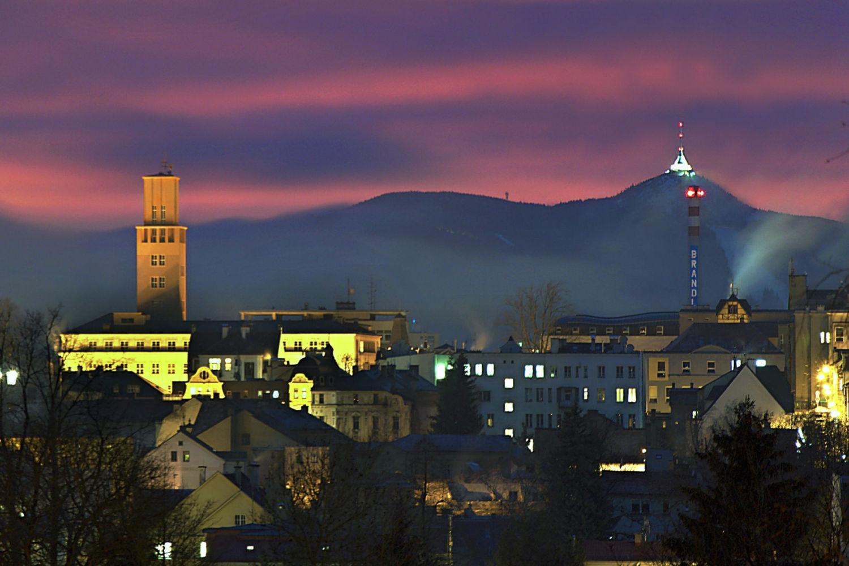 Večerní osvětlený Jablonec nad Nisou (radnice) a na pozadí Ještěd
