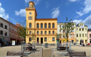 Městská knihovna (dříve radnice) na Dolním náměstí v Jablonci nad Nisou, vpopředí moderní vodní prvky na Dolním náměstí