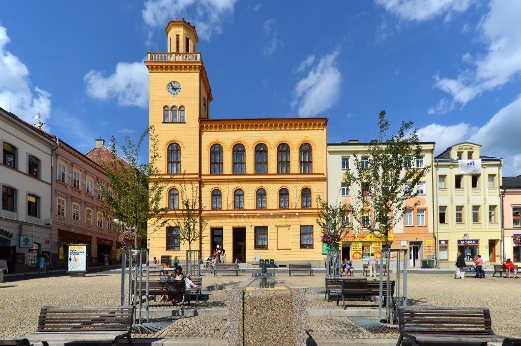 Městská knihovna (dříve radnice) na Dolním náměstí v Jablonci nad Nisou, vpopředí moderní vodní prvky