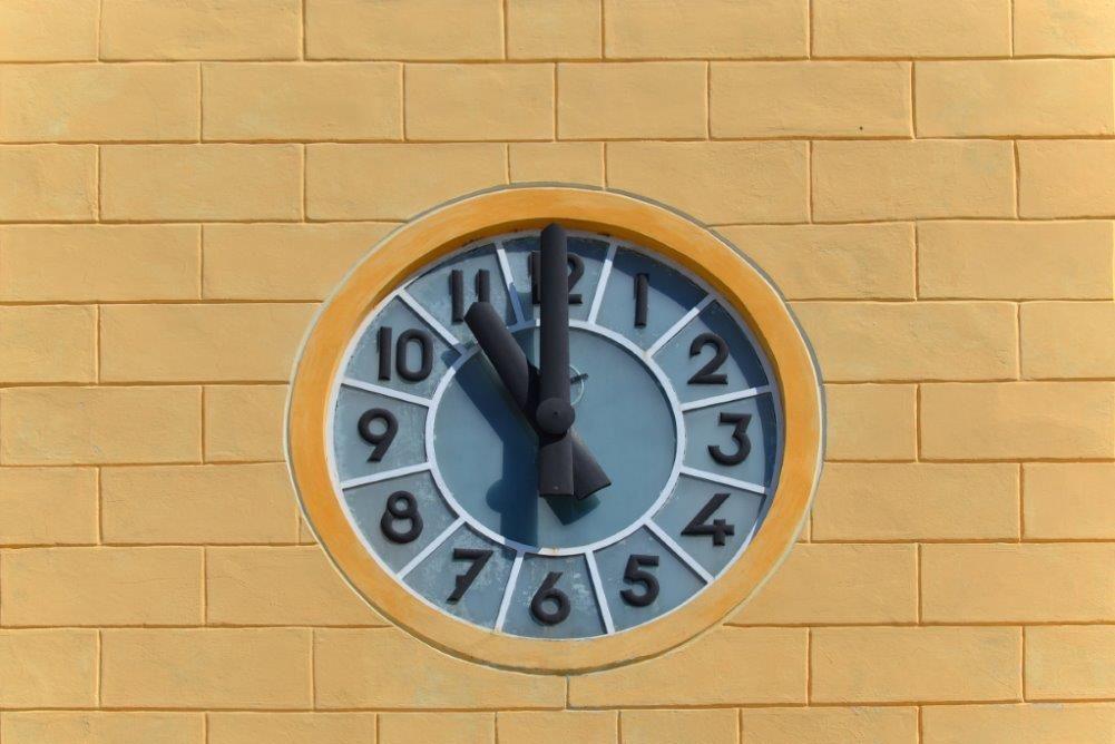 Detail hodin na staré radnici v Jablonci nad Nisou (dnes Městská knihovna)
