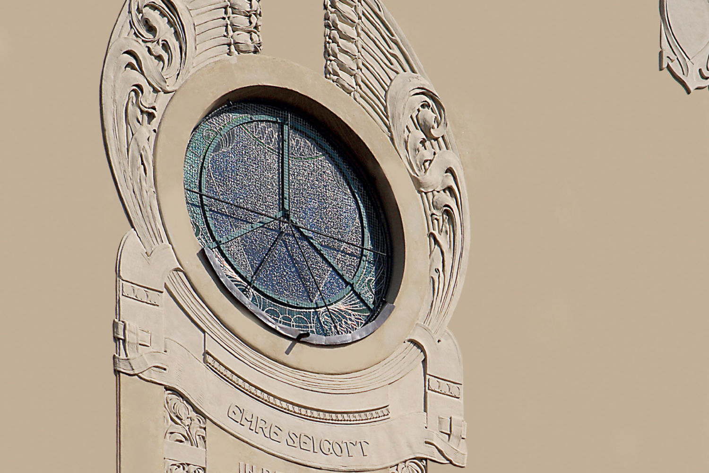 Detail secesního okna kostela Povýšení sv. Kříže v Jablonci nad Nisou