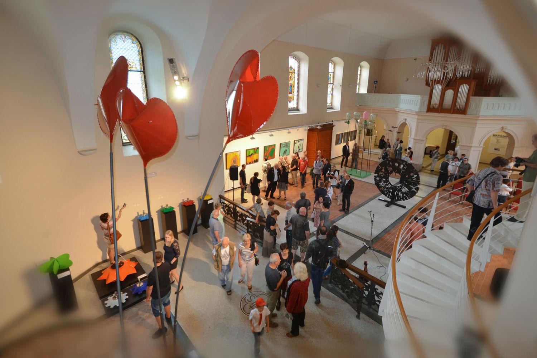 Výstava výtvarných děl v kostele sv. Anny v Jablonci nad Nisou - celkový pohled na interiér