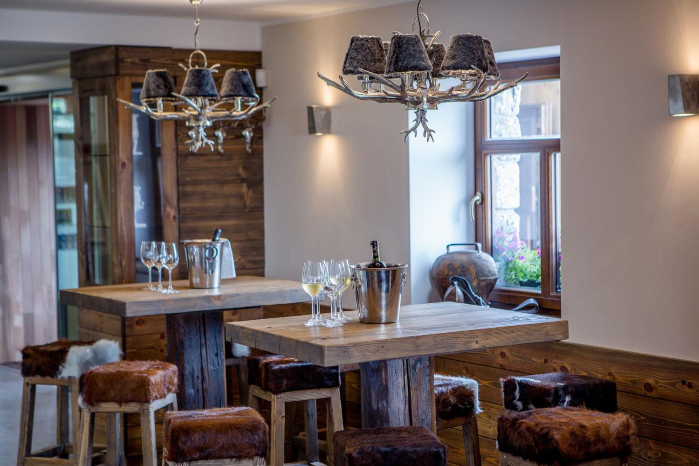 Interiér restaurace u rozhledny Královka v Jizerských horách