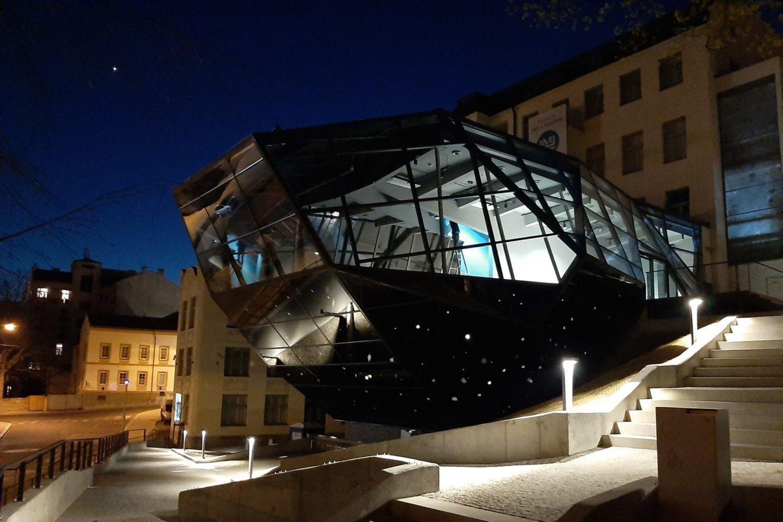 Nová skleněná přístavba Muzea skla a bižuterie v Jablonci nad Nisou - večerní pohled zvenčí