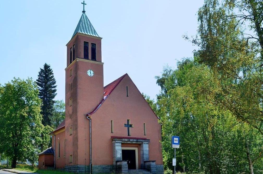 Hlavní vchod do kostela Nejsvětější Trojice, Mšeno, Jablonec nad Nisou