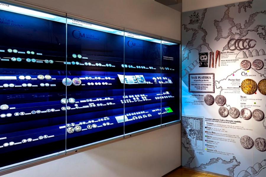 stálá expozice skla v Muzeu skla a bižuterie v Jablonci nad Nisou - pohled do části věnované historii mincovnictví