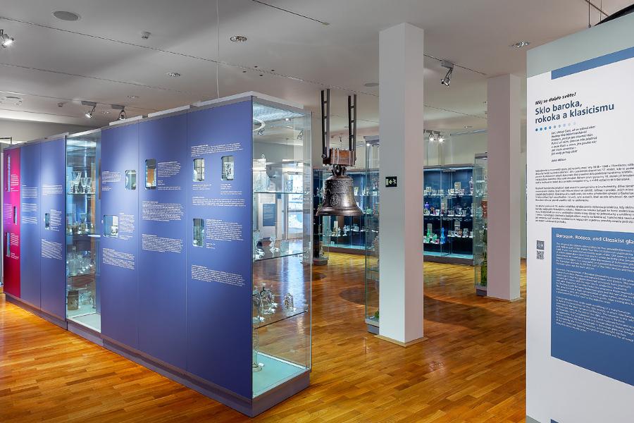 stálá expozice skla v Muzeu skla a bižuterie v Jablonci nad Nisou - pohled do interiéru s historickým zvonem a sklem