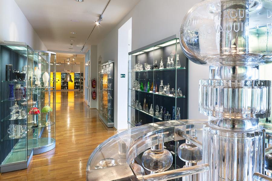 stálá expozice skla v Muzeu skla a bižuterie v Jablonci nad Nisou - pohled do interiéru se sklem