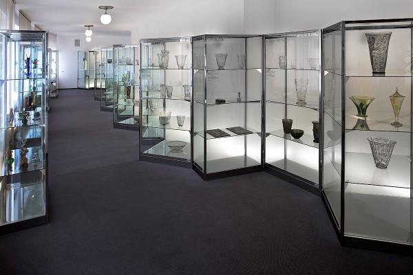 Expozice skla v muzeu v Železném Brodě - pohled na vitríny