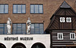 Městské muzeum v Železném Brodě - detail nápisu a budovy se zakomponovaným štítem roubené chalupy