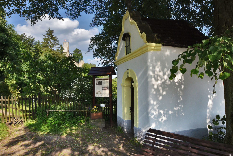 Obnovená vesnická kaplička pod hradem Frýdštejn - Jablonecko