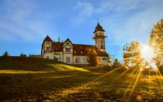 Bývalý hotel s rozhlednou Petřín v Jablonci nad Nisou při západu slunce