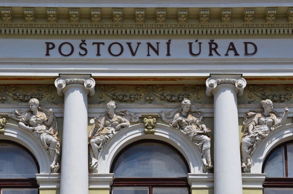 Průčelí hlavní pošty v Jablonci nad Nisou - historická budova
