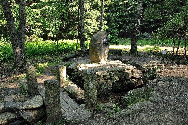 Pramen Nisy u Nové Vsi na Jablonecku - uskupení kamenů