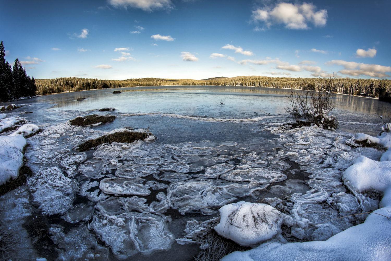 Mrznoucí voda v přehradě Bedřichov na Černé Nise - Jizerské hory