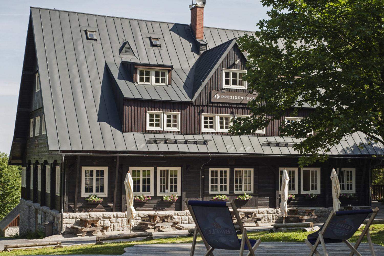 Stylová Prezidentská chata v Jizerských horách - letní den