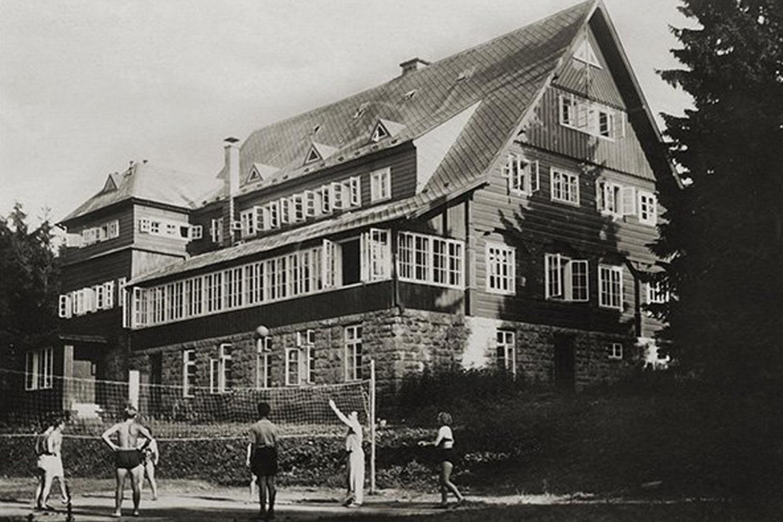 Prezidentská chata v Jizerských horách - dobová fotografie s rekreanty z roku 1939
