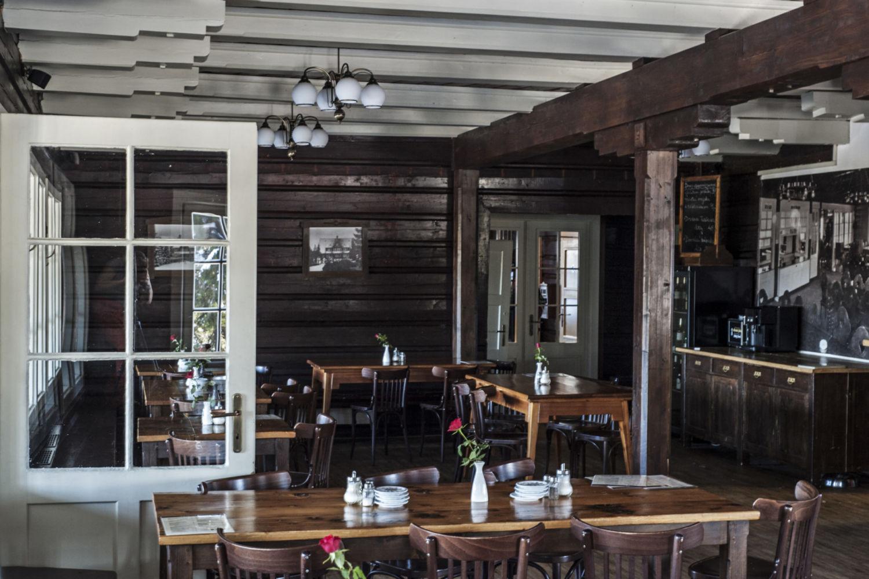 Dřevěný stylový interiér restaurace Prezidentské chaty v Jizerských horách.