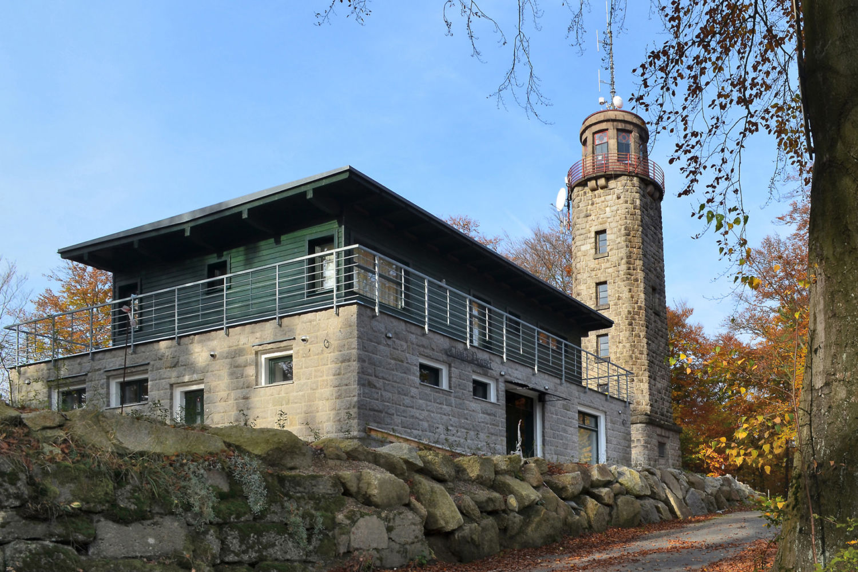 Kamenná rozhledna nad Prosečí s novou turistickou chatou - Jablonec nad Nisou