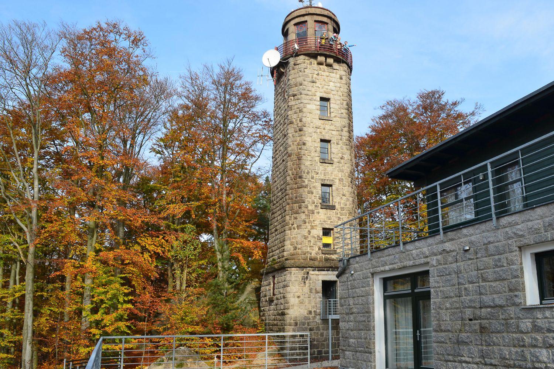 Kamenná rozhledna nad Prosečí s novou turistickou chatou na podzim - Jablonec nad Nisou