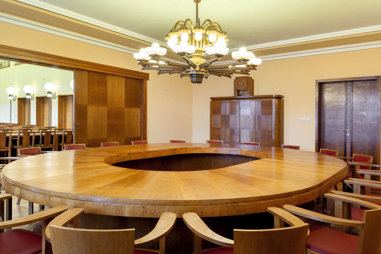 Interiér funkcionalistické radnice v Jablonci nad Nisou - renovovaná zasedací místnost s původním stolem a věrnou replikou lustru