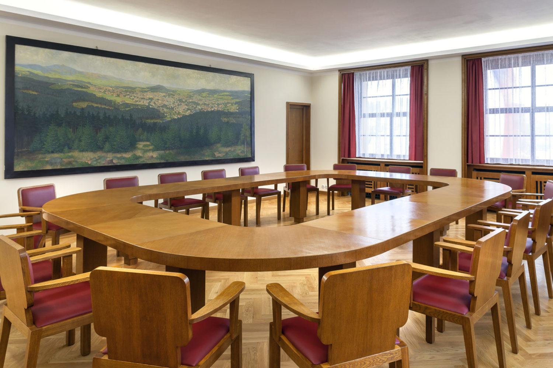 Interiér funkcionalistické radnice v Jablonci nad Nisou - renovovaná zasedací místnost s historickým obrazem města