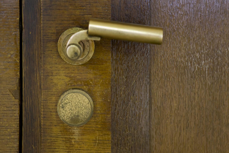 Interiér funkcionalistické radnice v Jablonci nad Nisou - detail původní kliky na dřevěných dveřích