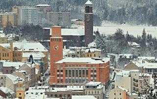 Pohled na zasněženou radnici a kostel Nejsvětějšího Srdce Páně –Jablonec nad Nisou