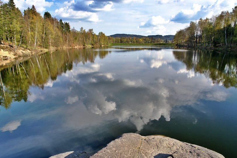 Vodní hladina a les kolem druhé nádrže jablonecké přehrady Mšeno.