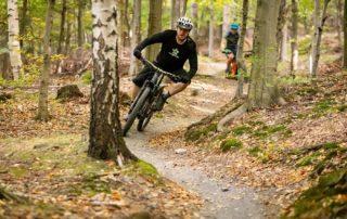 Cyklista v terénu Singltreku pod Smrkem - Jizerské hory