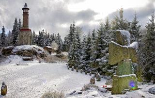 Kamenná rozhledna Štěpánka a válečný kříž v zimě - pomezí Jizerských hor a Krkonoš