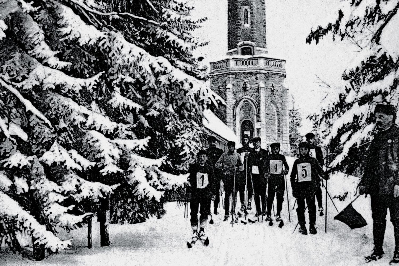 Historické foto lyžařů a rozhledny Štěpánka