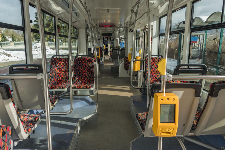 Modernější interiér tramvaje se sedadly a automatem pro odbacení cestujících