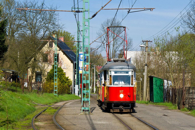 Historická tramvaj jedoucí po kolejích zástavbou mezi Libercem a Jabloncem