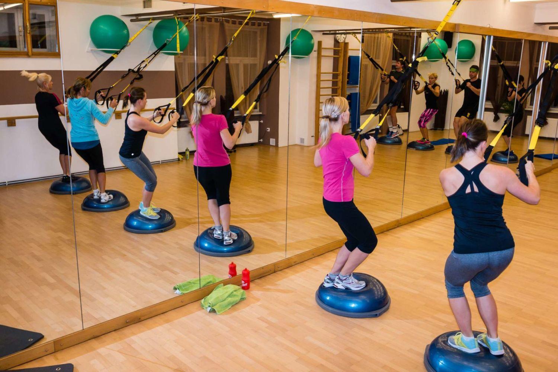 Ženy cbvíčící s posilovacími gumami ve Fitness studiu Zdeny Vitákové - Jablonec nad Nisou