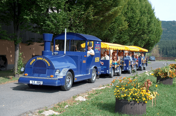 Výletní vláček na farmě Pěnčín, Jablonecko - oblíbená atrakce pro rodiny s dětmi