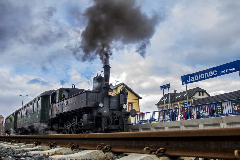 Historický vlak s parní lokomotivou vjíždí k nástupišti na nádraží Jablonec nad Nisou