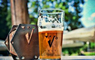 Sklenice piva na zahradě jabloneckého minipivovaru Volt