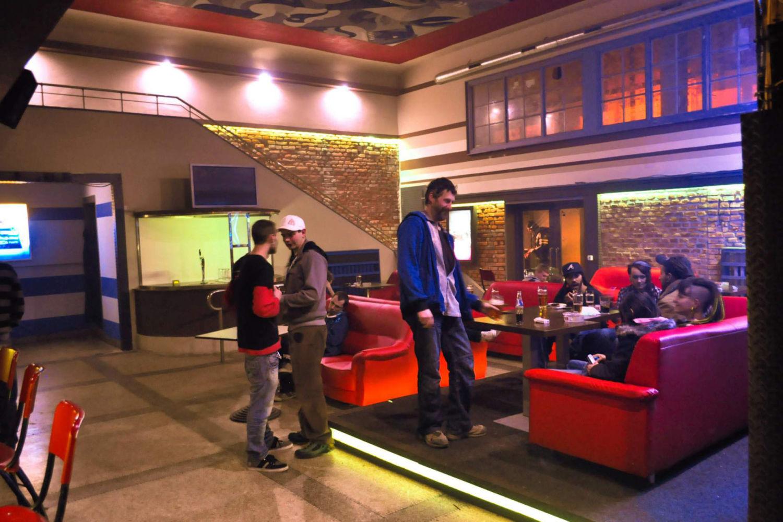 Interiér hudebního klubu Woko v Jablonci nad Nisou, který vznikl přestavbou původního kina - vstupní hala s barem a posezením