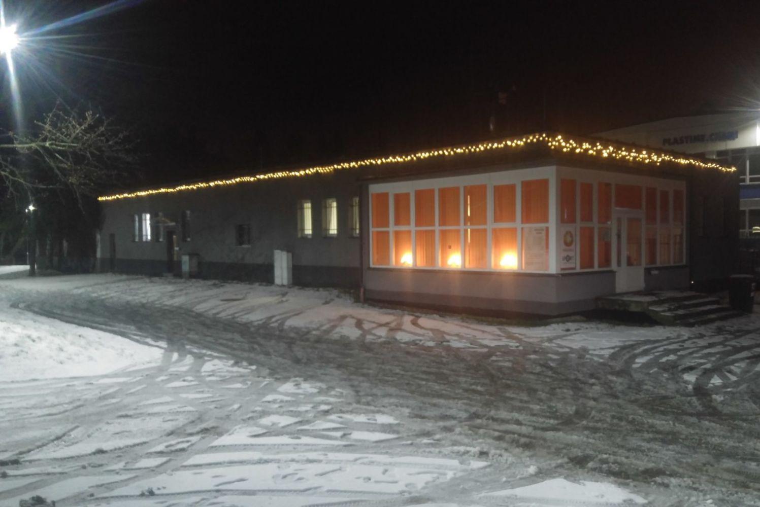 Sauna Za Hrází u přehrady v Jablonci nad Nisou - pohled na saunu zvenčí večer v zimě